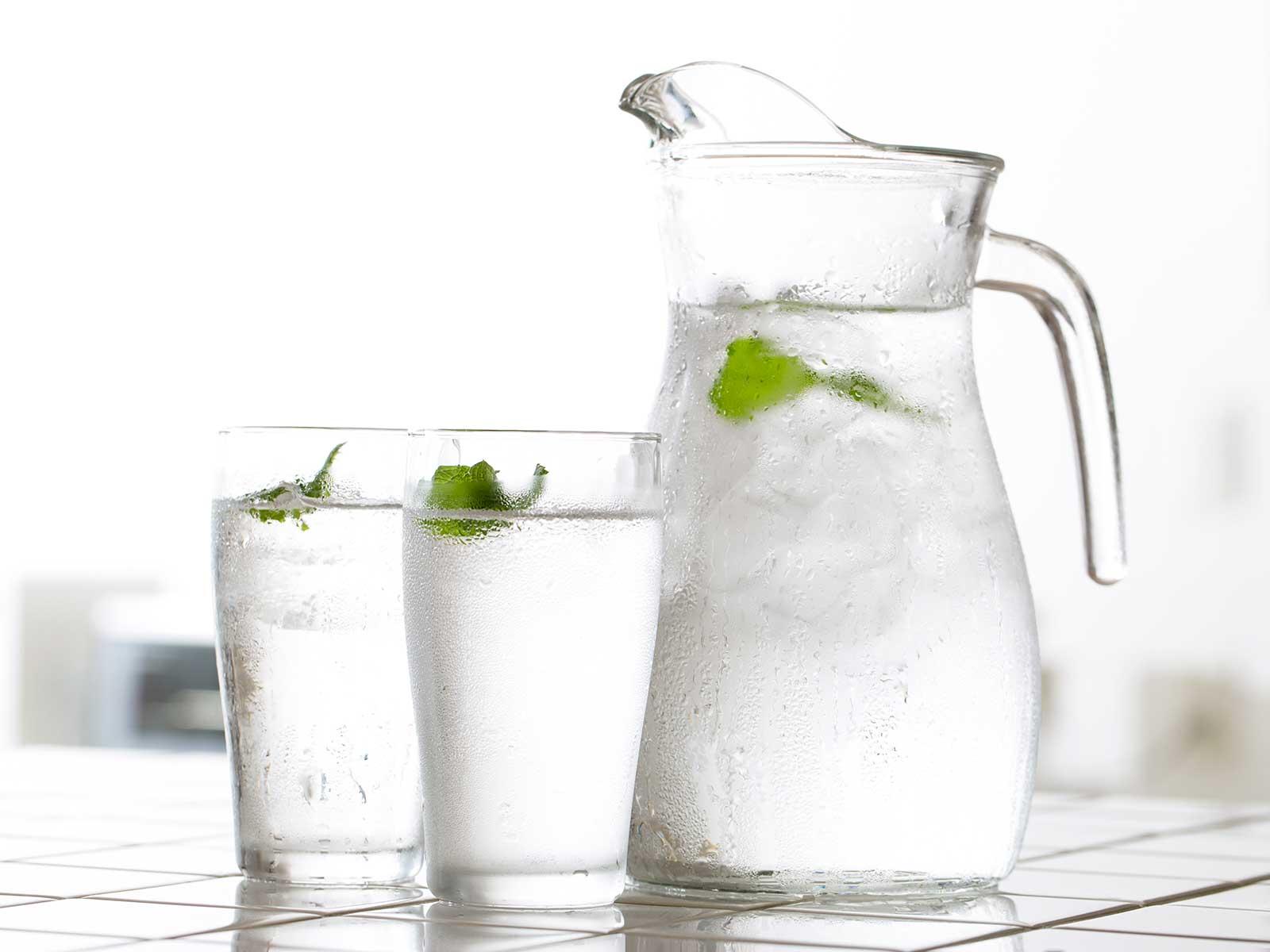 Kann ich Leitungswasser aus trinken? Ist Mineralwasser gesünder? Wir geben Antworten.